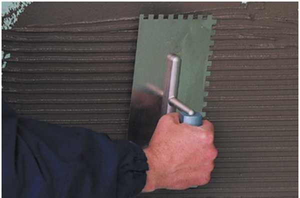 Работайте зубчатым шпателем, чтобы создать ребристую поверхность массы