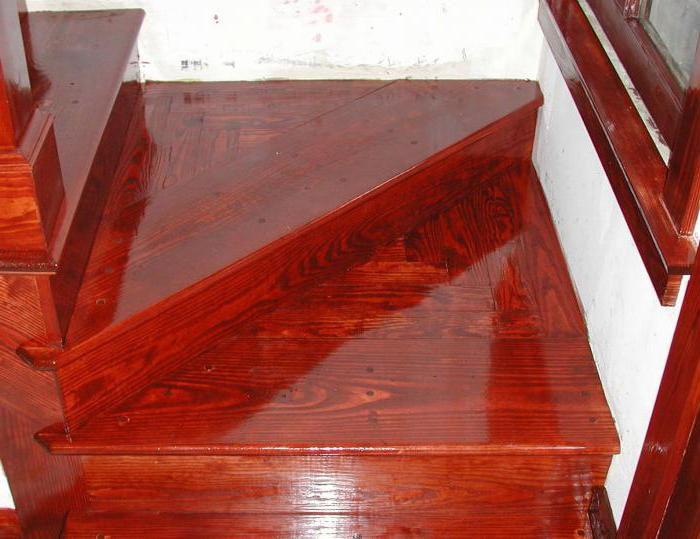Через цветной лак хорошо просматривается фактура древесины