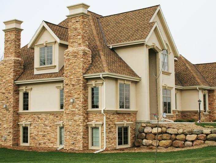 Дизайн дома сочетает облицовку из искусственного и натурального камня