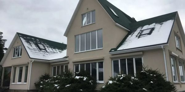 Дом, фасад которого выполнен силиконовой штукатуркой