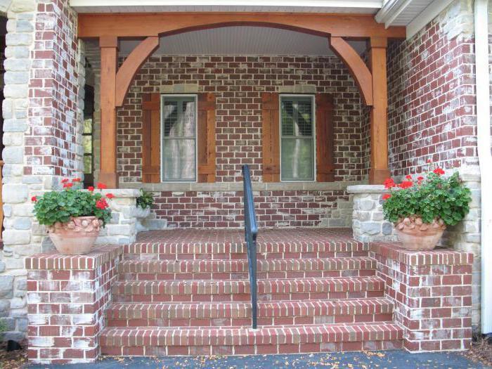 Крыльцо построено на прочном фундаменте и украшает дом
