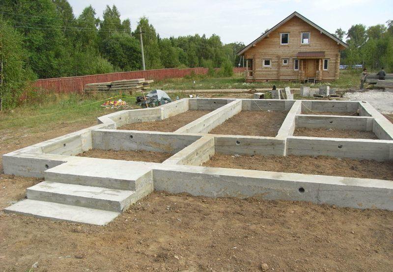Монолитный ленточный фундамент для дома с крыльцом