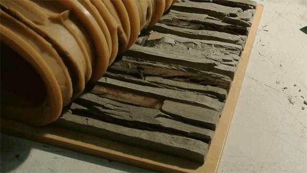 На фото искуственный камень достают из формы