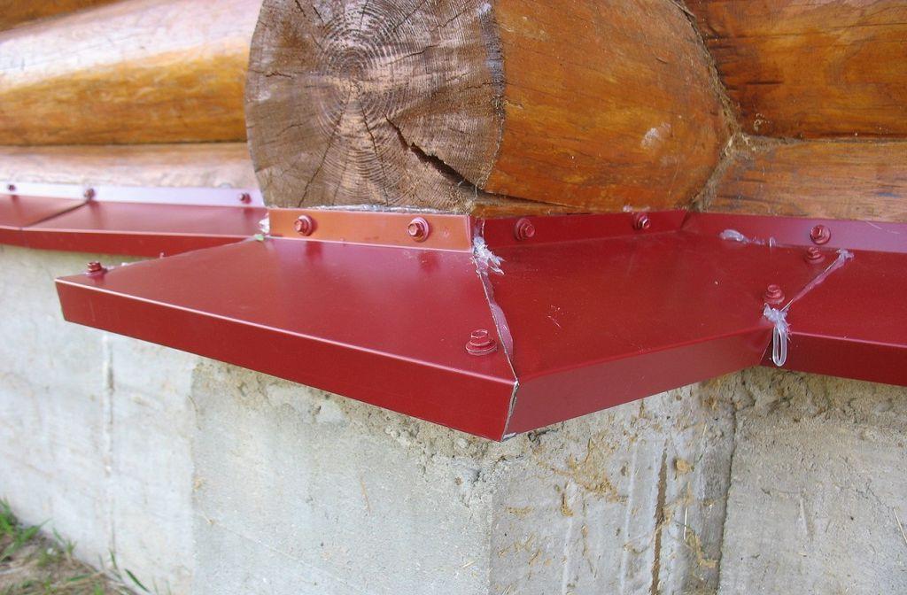 На фото показан закрепленный отлив и герметизированные стыки