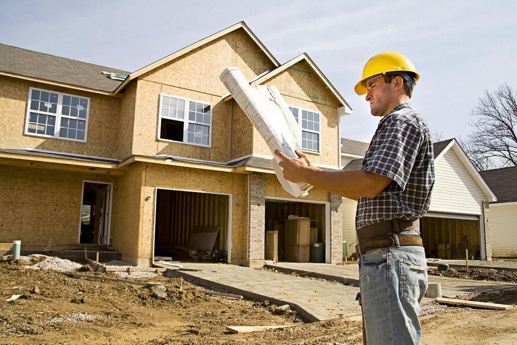 На фото процесс строительства дома из ОСБ, дальнейшая отделка под стиль фахверк
