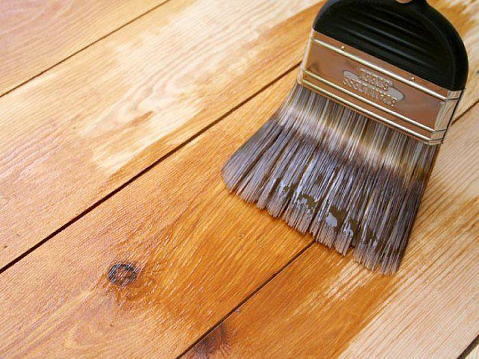 Наносим лак на деревянный пол