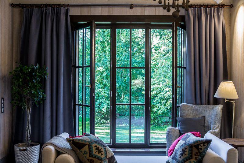Наполнить комнату естественным светом поможет французское окно