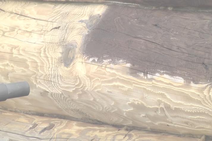 Очищенная белая древесина сруба