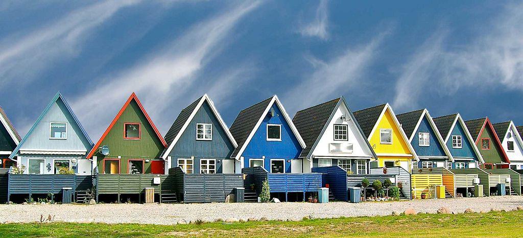 Окрашенные фасады домов - фото