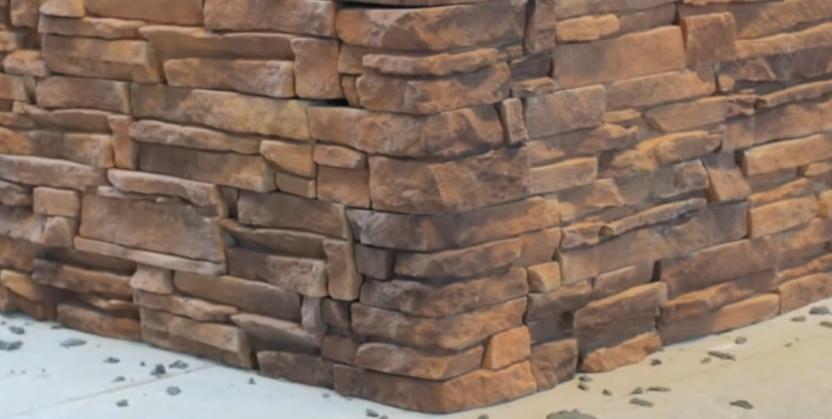 Отделка стены искусственным камнем без швов