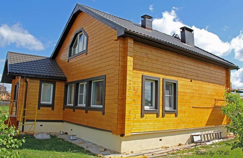 Покрытый лаком фасад дома