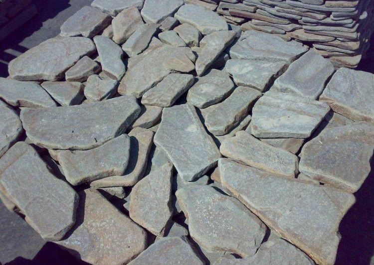Разложите камни на ровной поверхности, при необходимости пронумеруйте