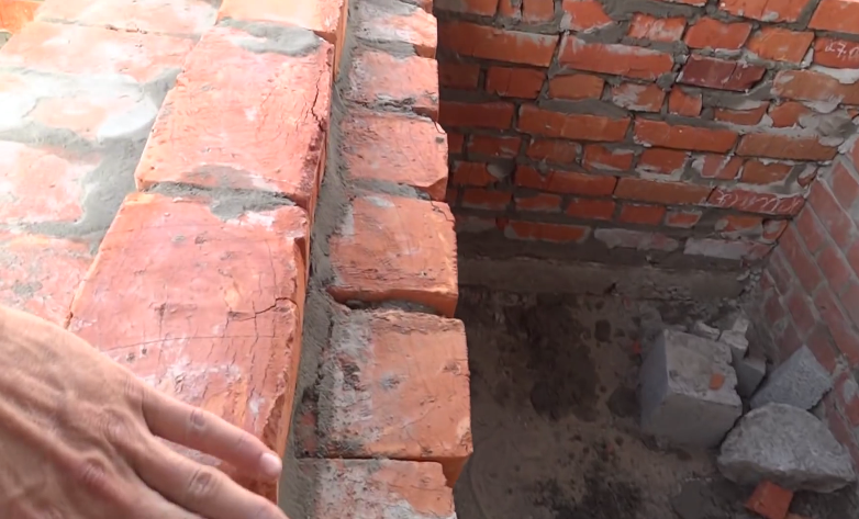 С левой стороны кладка ступеней, а внутрь свободного пространства будет засыпан песок и залит бетон