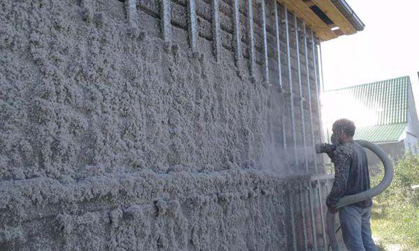 Эковата, вылетая из шланга в сухом виде, смачивается водой с помощью форсунок
