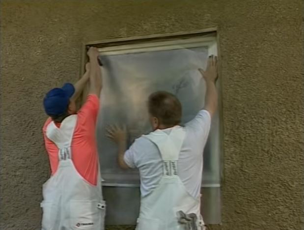 Закройте окна пленкой, чтобы на них не попала краска