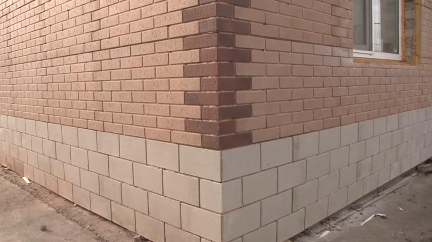 Цоколь и стена после отделки термопанелями