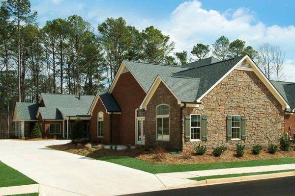 Фасадная плитка с металлическими креплениями позволит придать дому изысканный вид с незначительными трудовыми и материальными затратами