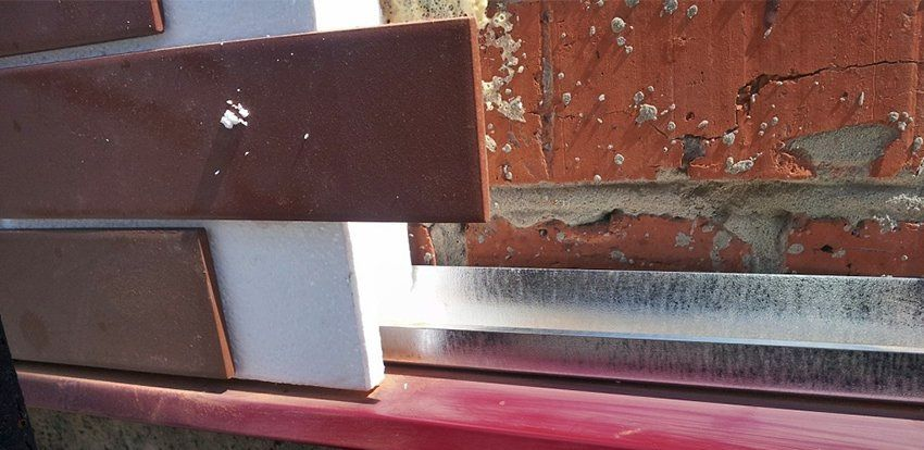 На фото отлив, стартовый профиль и процесс монтажа панели