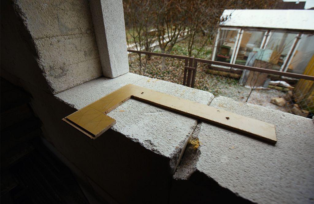 Прикладываем окно и отмечаем место под крепежные отверстия