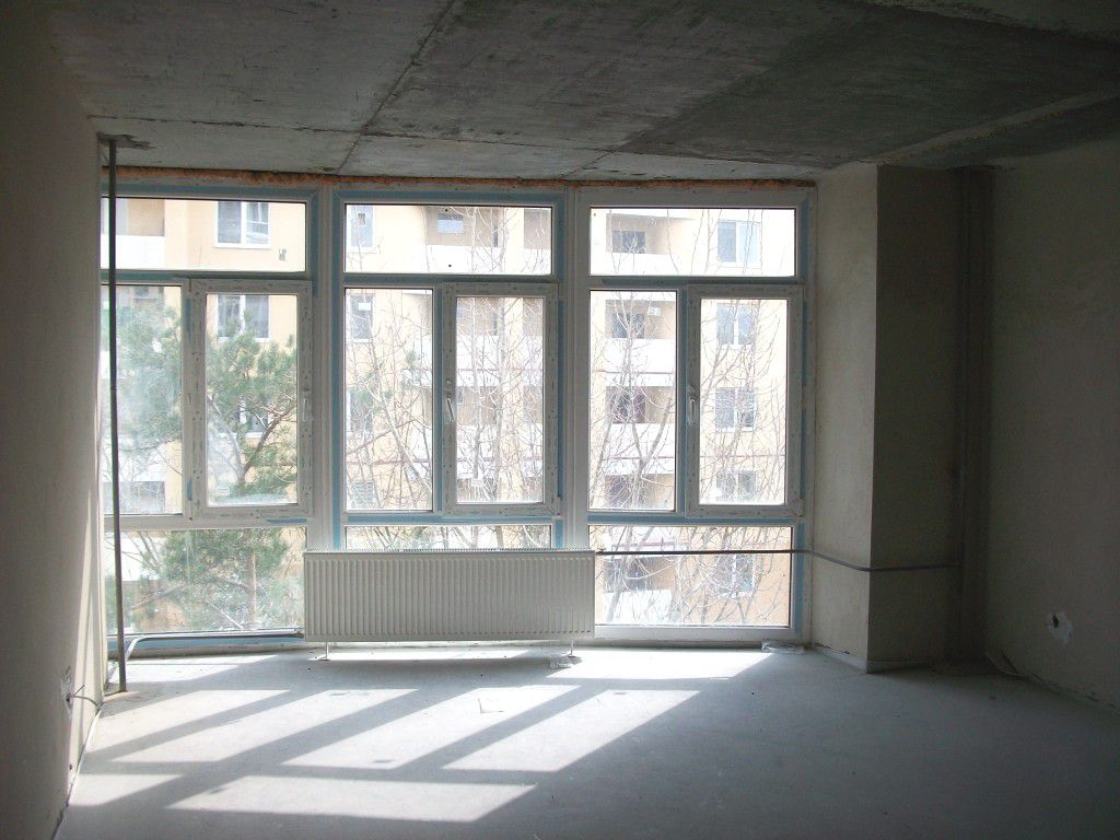Радиатор рядом с панорамным окном