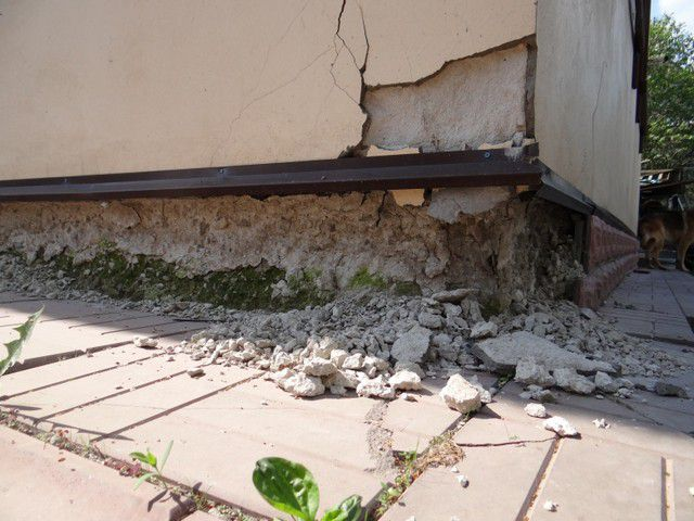 Типичный пример разрушения неутепленного цоколя