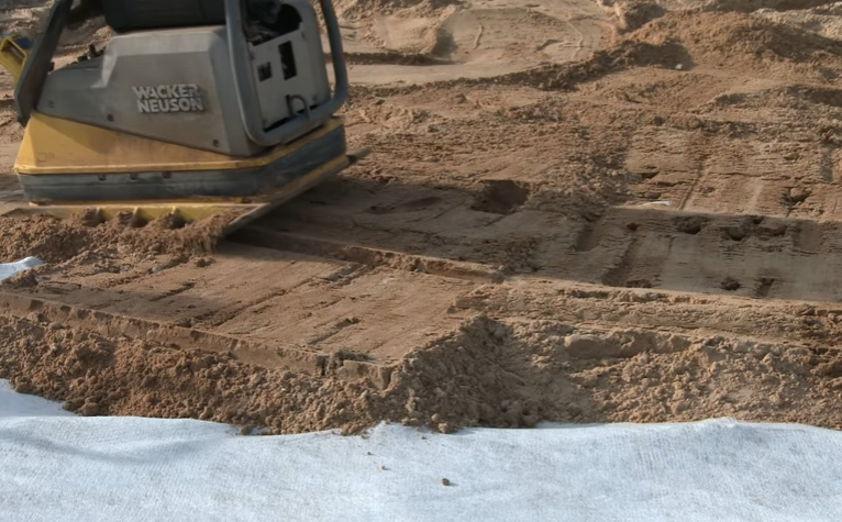 Трамбовка песчаной подушки