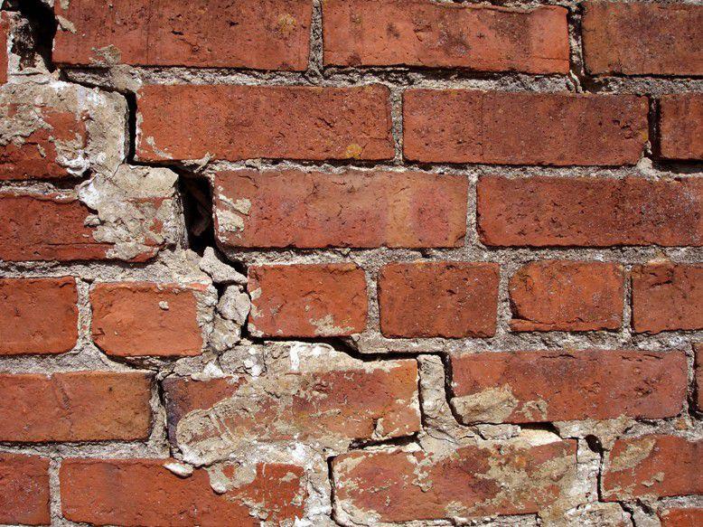 Трещины нужно хорошо расчистить и расшить перед ремонтом