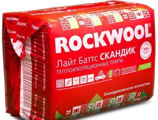 Минеральная вата ROCKWOOL Лайт Баттс. В одной такой пачке находится шесть плит толщиной 50 мм и с габаритами 600х800 мм. Суммарная их площадь – 2,88 м2
