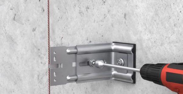 На данной иллюстрации можно заметить, что между кронштейном и стеной присутствует паронитовая прокладка – она снижает потери тепла в точке крепежа и замедляет процесс коррозии металлического изделия