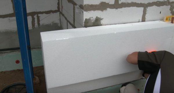 Блок прикладывается к стене