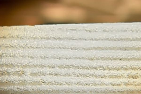 Борозды требуются для лучшего «сцепления» отделки с плиточным клеем и базовой поверхностью цоколя