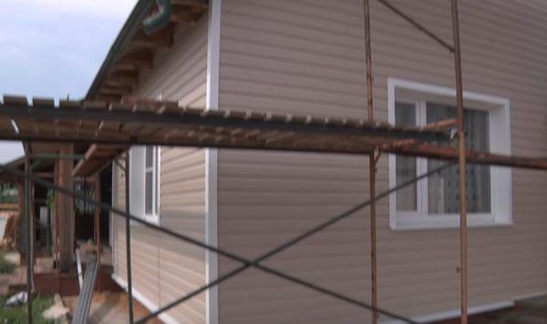 Деревянный дом обшит виниловым сайдингом