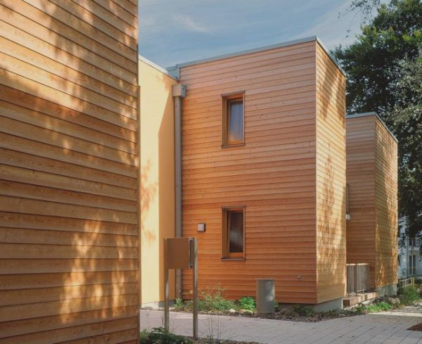 Деревянный сайдинг хоть и является экологически чистым материалом, но для внешней отделки используется не так часто