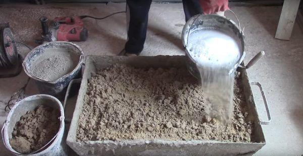 Готовая жидкость выливается в песок