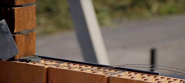Использование металлического прутка, также видно армирование между рядами