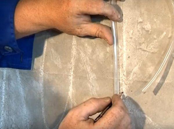 Использование водяного уровня для выставления одинаковых по высоте отметок на разных краях одной стены