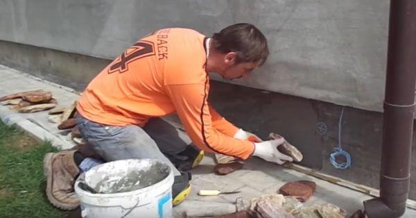 Камень прикладывается к поверхности