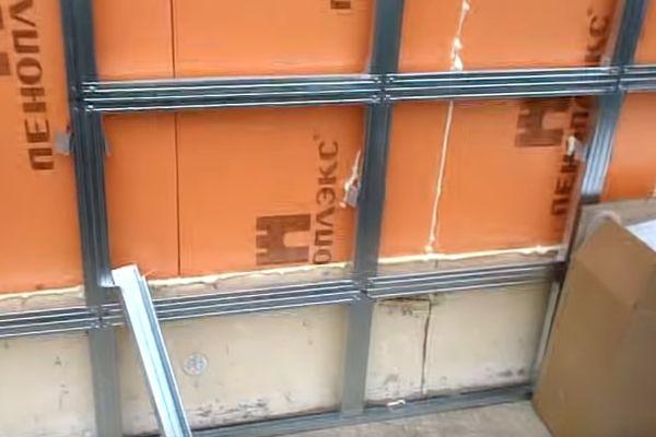 Каркас для цокольного сайдинга должен быть крепким – ему необходимо выдерживать массу панелей с искусственным камнем