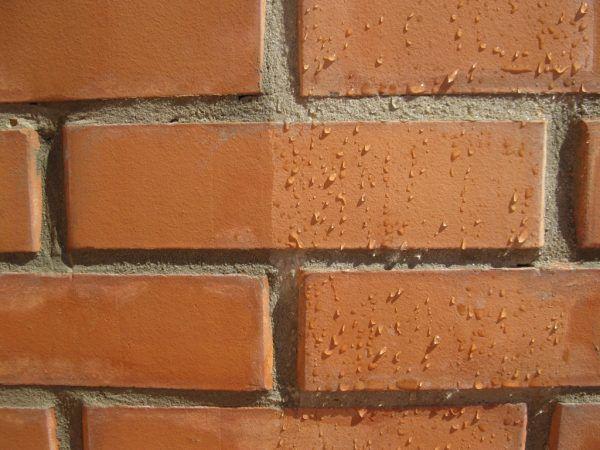Кирпичная стена до и после гидрофобной обработки