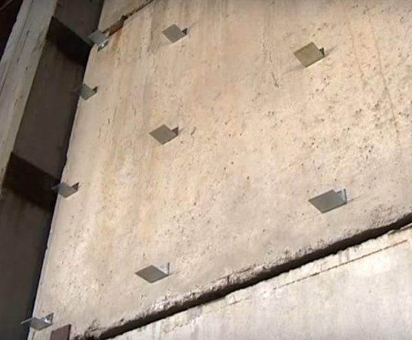 Кронштейны закреплены на стене