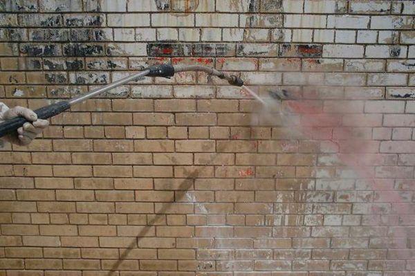 Мытье кирпичного фасада
