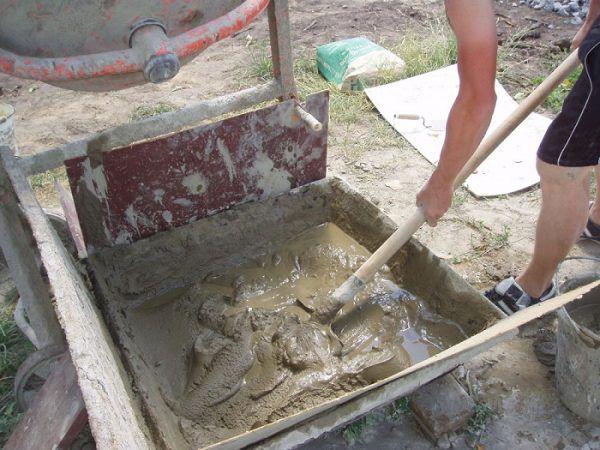 На фото цементный раствор для штукатурки