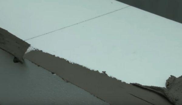 Нанесение раствора на ту часть блока, которая приклеивается к стене на углу