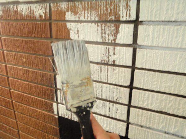 Наносить латексную краску на кирпичные стены фасада вашего дома лучше всего с помощью валика или кисти