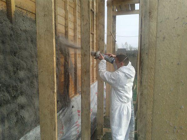 Напыление эковаты на поверхность деревянного дома