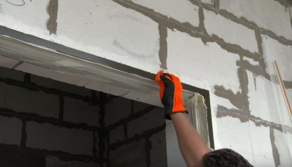 Обезжиривание поверхности дверной рамы