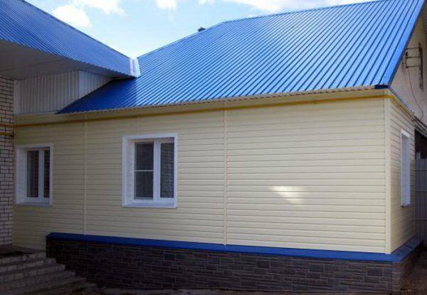 Обшивка дома фасадным профнастилом