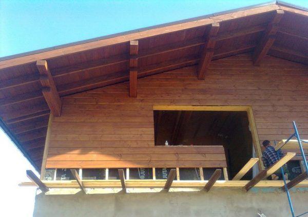 Обшивка стен второго этажа имитацией бруса