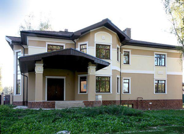 Оштукатуренный фасад дома в коттеджном посёлке
