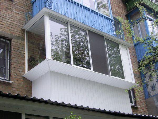 Остекление балкона алюминиевым профилем с выносом